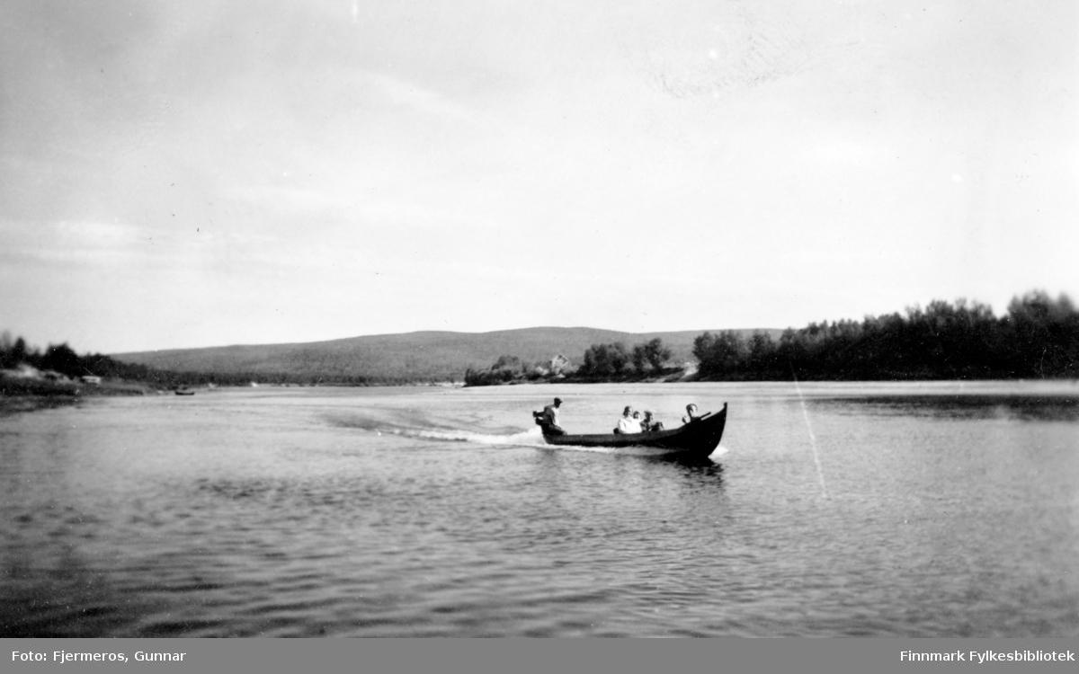 En elvebåt med fem personer ombord fotografert på elva Karasjohka.