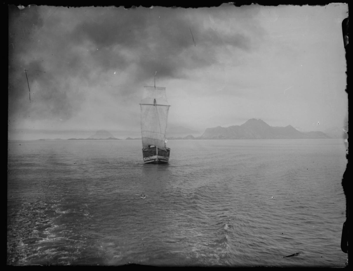 Bildet er tatt fra hurtigruten, antakelig på kysten av Nordland, siste del av seilskutetiden.