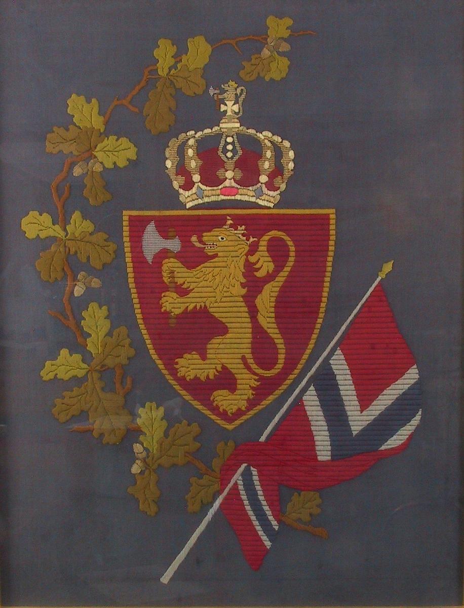 Riksvåpen, kongekrone, norsk flagg, eikegren m. løv.