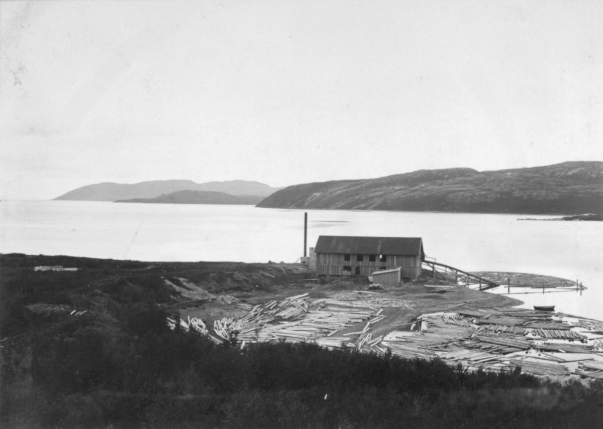 Saga på Haganes, 28/7 1907. A/S Sydvaranger trengte under anlegget store mengder materialer og bygde derfor sitt eget sagbruk på odden østafor Haganes. Dette sagbruket ble kalt verdens nordligste dampsag.