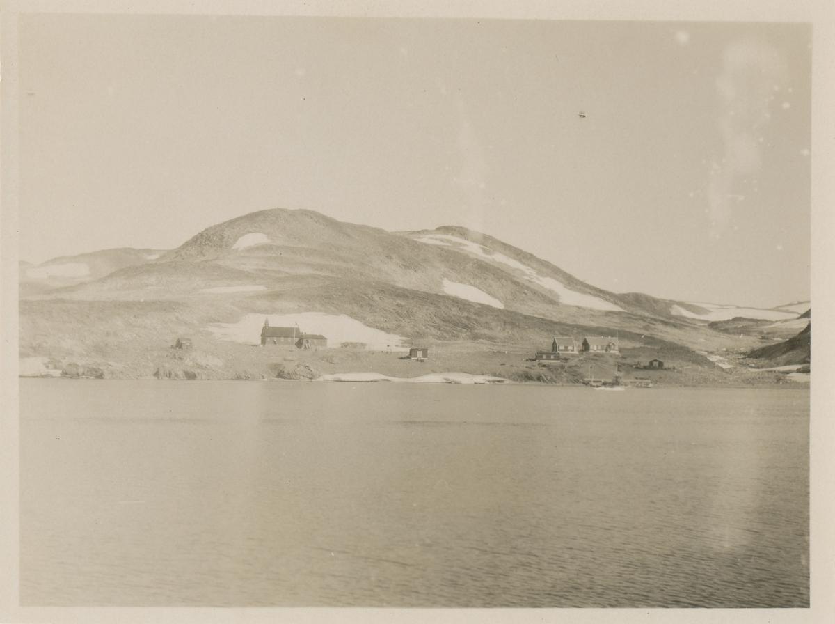 Prospektfotografi av noen hus og ei kirke på Grønland.