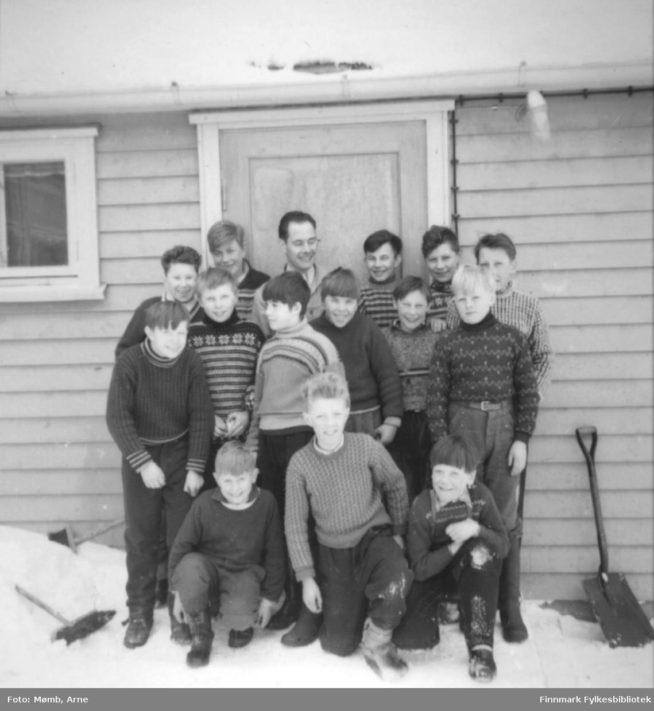 Sløydkurs (14 dagers ?) i Boftsa skole til muligens 6. og 7. klasse. Lærer sammen med sine elever er Arne Mømb.