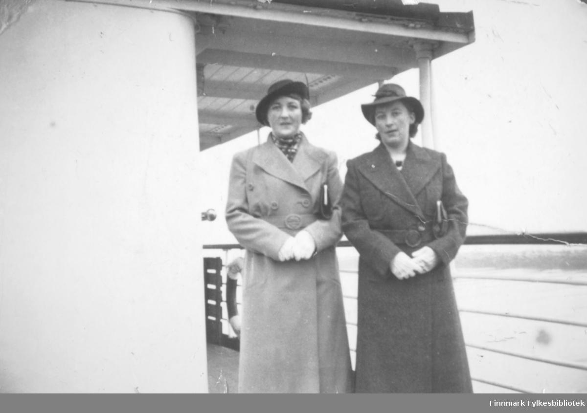 To damer fotografert på dekket til et skip. Damen til høyre på bildet er Gudrun Bauna.