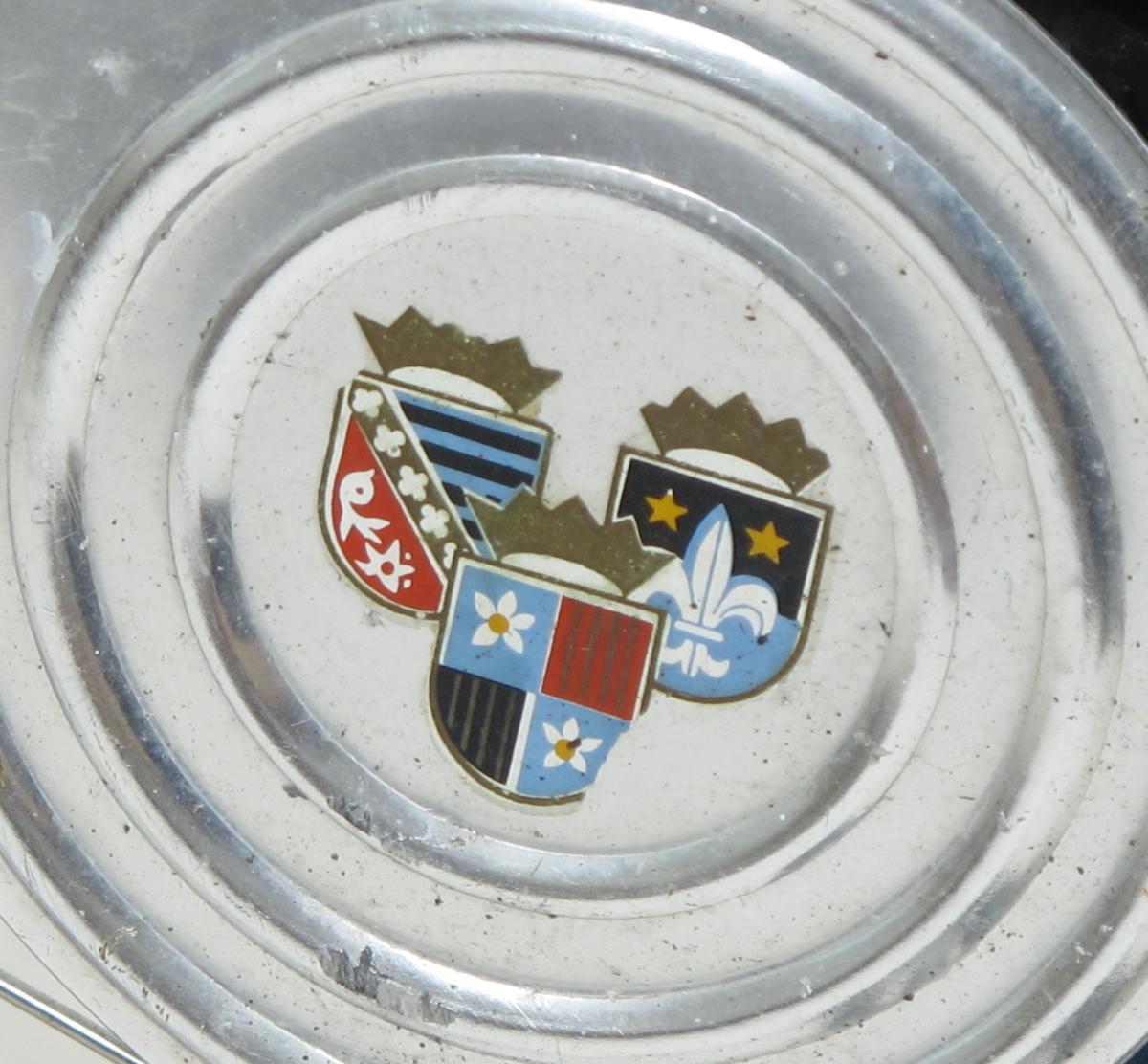 Damesykkel av vanlig type omkring 1960. Blå lakk, med hvit staffagefarge. Forbrems på høyre side av styret, ringeklokke (original) på venstre side. Kodelås (2 - 2 -2 er koden, sa giver, 2 til venstre, 2 til høyre og igjen 2 til venstre). Verktøykasse m. skuff til pumpe og verktøy og lappesaker under bagasjebrettet. Originale gummireimer over bagasjebrettet. Sidestøtte for parkering. Lykt og dynamo. Varemerke på ramme.