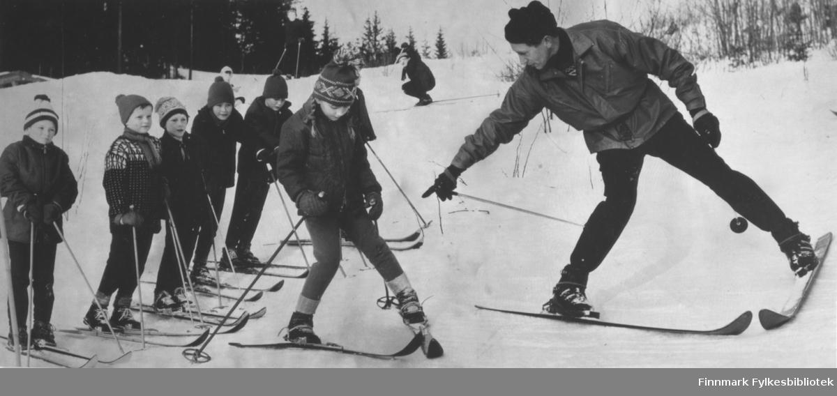 Ragnvald Dahl som auktorisert skilærer i langrenn og alpint. Da han sluttet å konkurere i langrenn 1959, startet han skiskole på Norefjell og skiinstriktørskole for lærerne på Østlandet.