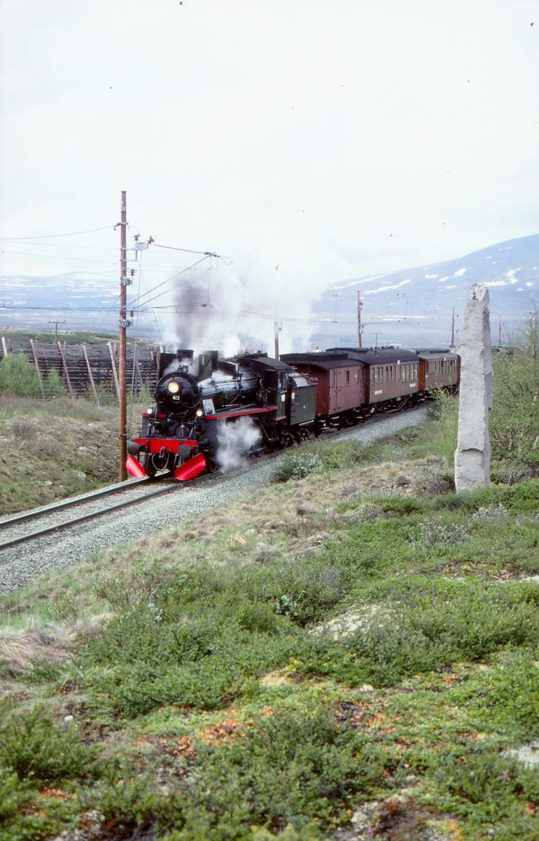 Ekstratog med damplokomotiv 26c 411 ved Dovrebanens høyeste punkt.
