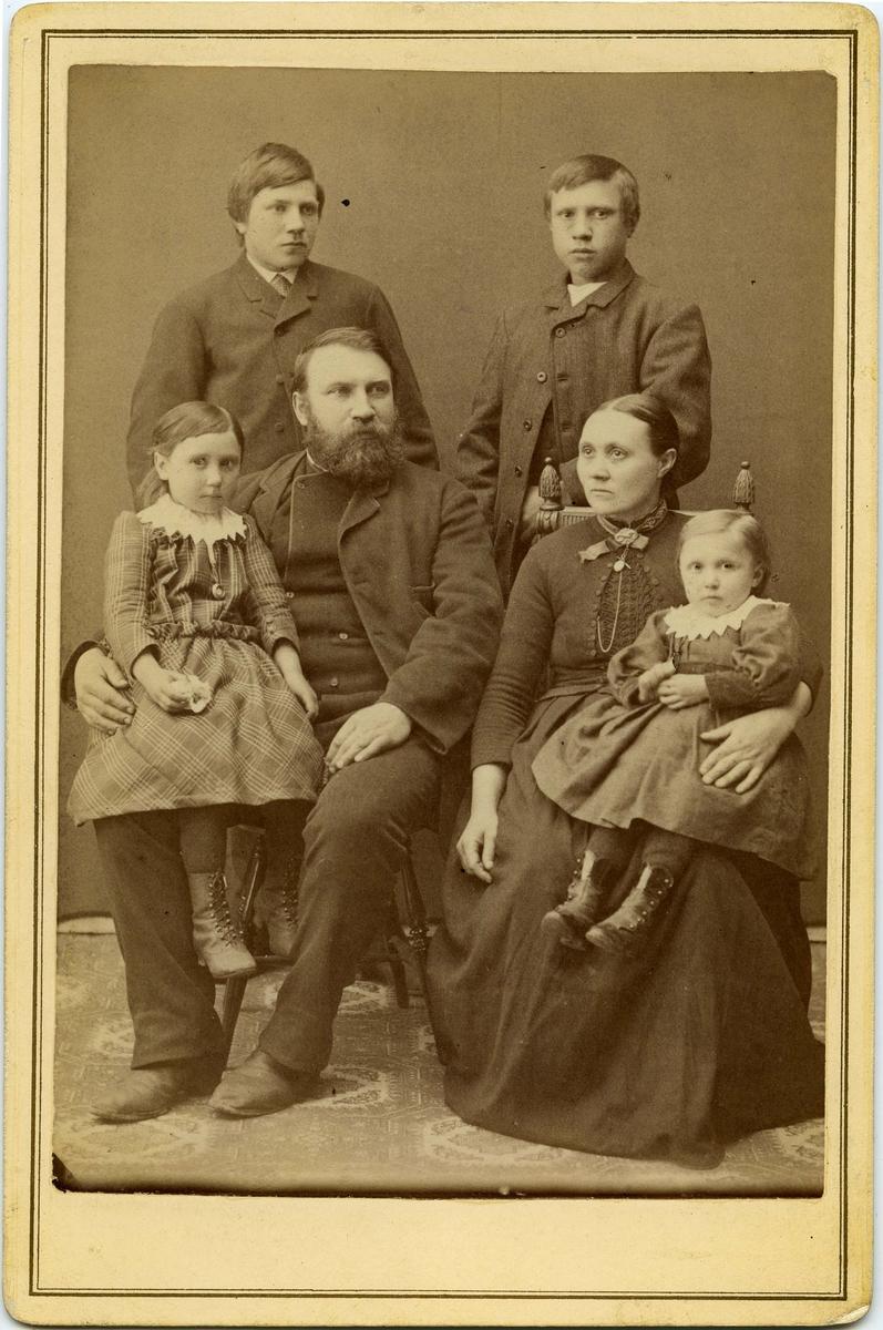 Slakter Bernhard Holm med kona Bina (f.1850) og barna Gyda og Olga, Vardø. Den ene av guttene muligens pleiesønn Albin Holm. Vardø ca. 1891-92. Guttene kan også være sønnene Adolf og Bernhard.