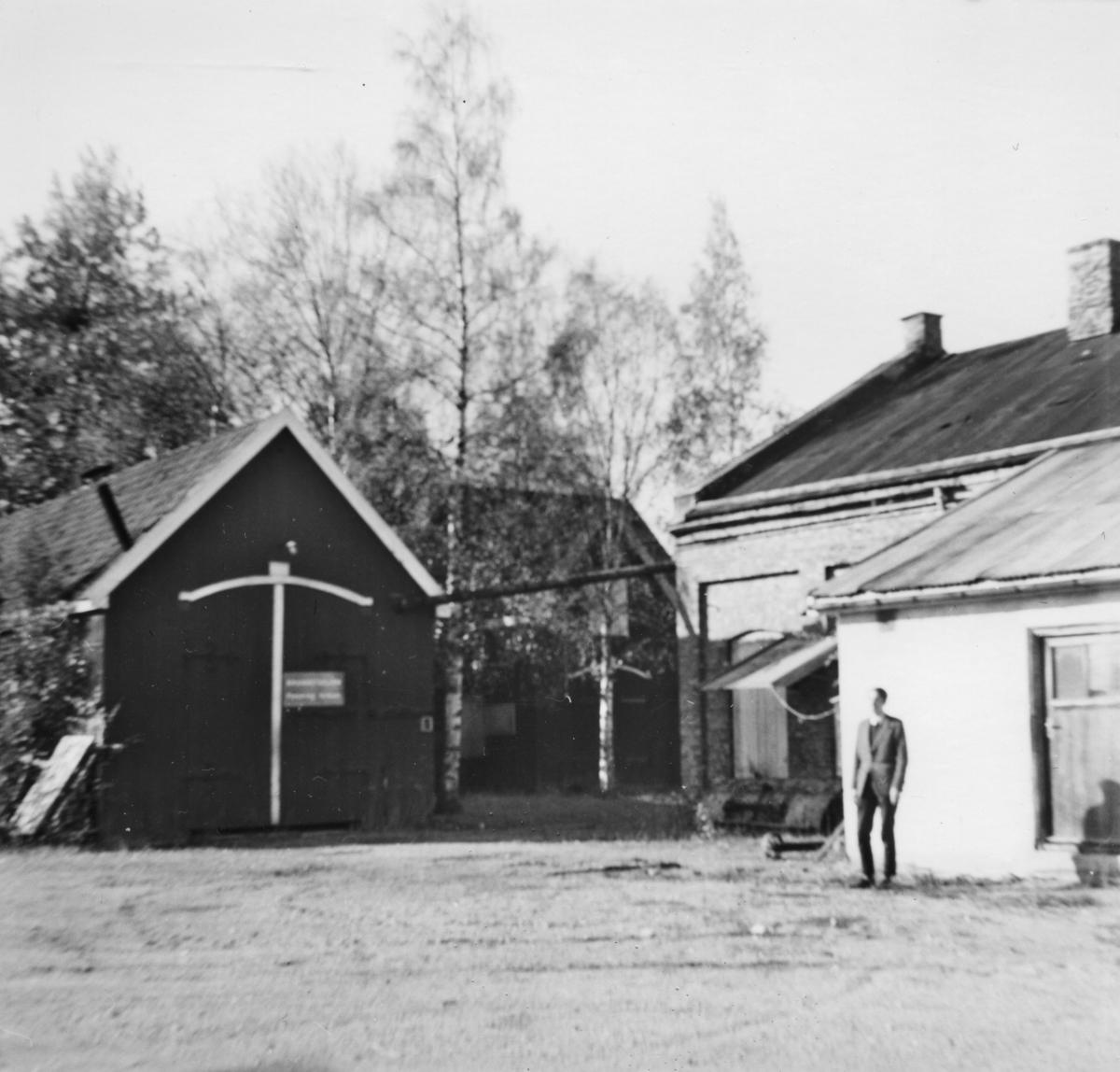 Fra verkstedområdet på Bjørkelangen, vognverkstedet til venstre, lokomotivstallen til høyre.