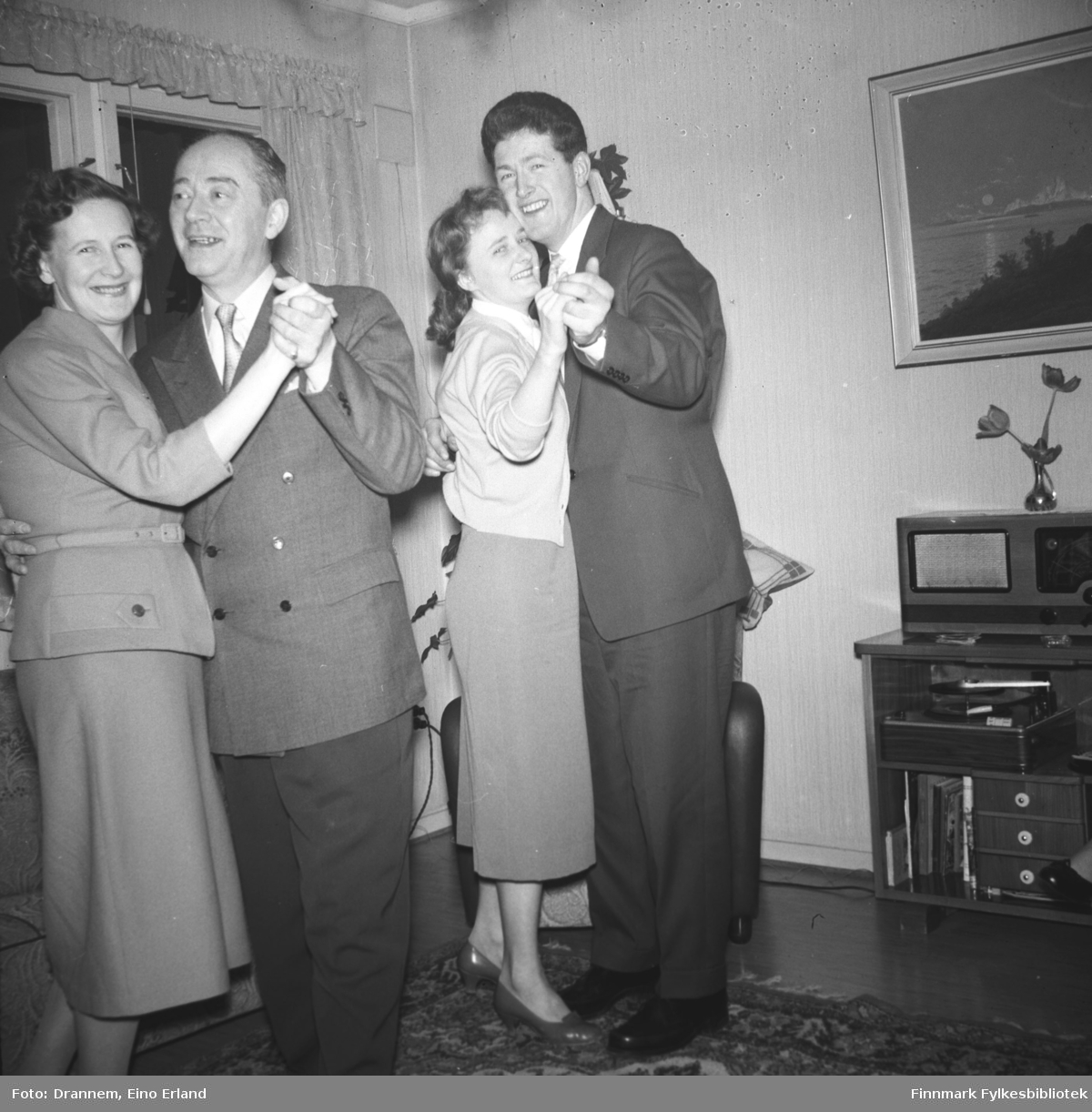 Gjestene hos familien Drannem danser. Reidun og Olav Sørensen til venstre