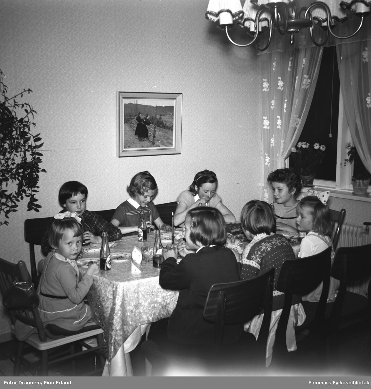 Sju jenter er invitert på Turid Lillian sin bursdag. Jentene sitter rundt bordet og spiser kake