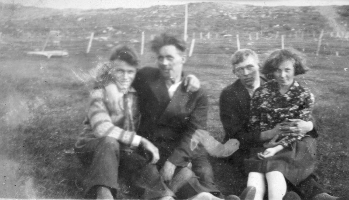 Fire personer fotografert i terrenget, muligens i Kvalsund kommune før evakueringa. To av dem kan hete Odin og Borghild, etternavn ukjent.