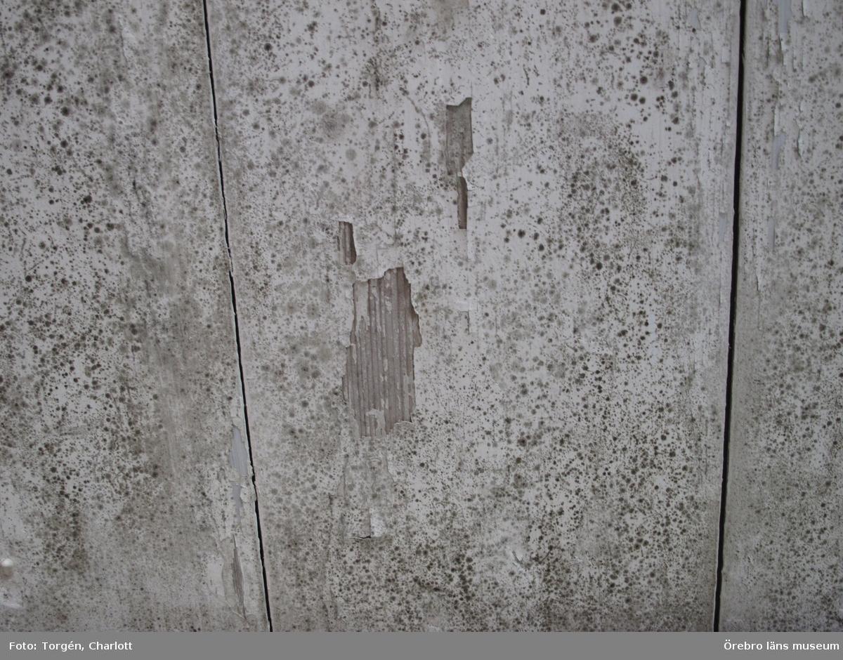 Fotoprotokoll Acc.nr. OLM-2017-42  Objekt: Rengöring, mögelsanering och målning av innertak i mangården vid Siggebohyttans bergsmansgård  Gata/kvarter/fastighet: Siggebohyttan 2:2 Socken: Linde socken Kommun: Lindesbergs kommun Län: T År: 2017-2020  Motiv:  1-3: Tak och väggar i festsalen, före åtgärder. 4-5: Taket i främre köket på nedre våningen, före åtgärder. 6-7: Taket i övre hallen, före åtgärder. 8-9: Taket i övre köket, före åtgärder. 10-11: Taket i salskammaren, före åtgärder. 12-13: Tak och väggar i festsalen, före åtgärder. 14-15: Taket i gröna rummet eller Bohmans kammare, före åtgärder. 16-17: Taket i röda rummet, före åtgärder. 18-20: Taket i blå rummet, före åtgärder. 21: Taket i främre köket på nedre våningen, före åtgärder. 22-24: Festsalen efter rengöring och med prov- och referensytor. 25: Gröna rummet eller Bohmans kammare efter rengöring och med prov- och referensytor. 26-27: Övre hallen efter rengöring och med prov- och referensytor. 28-29: Främre köket på nedervåningen efter rengöring och med prov- och referensytor. 30: Blå rummet efter rengöring, lagning och målning av papptak. 31-33: Salskammaren efter konservering av flagande färg på taklisten och efter rengöring av tak, samt med prov- och referensytor. 34-35: Väggmålningar i festsalen efter rengöring. 36-37: Gröna rummet eller Bohmans kammare efter rengöring och med prov- och referensytor. 38-39: Festsalen efter rengöring och med prov- och referensytor. 40: Salskammaren efter rengöring och med prov- och referensytor.  Diarienr. 2016.600.112