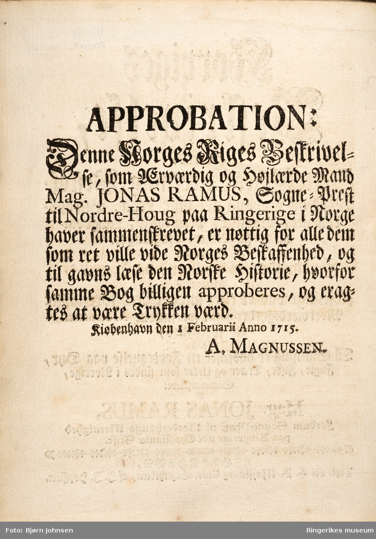 Norriges beskrivelse skrevet av Jonas Ramus (sogneprest i Norderhov) i 1715 og trykket i København i 1739. Inneholder 274 sider.