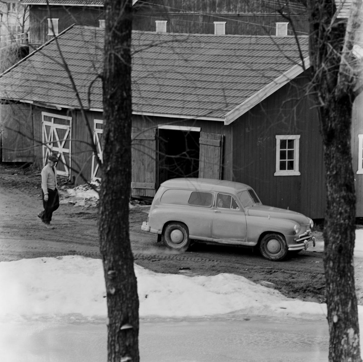 Bil på tunet, Sørum gård. Standard Vanguard varebil fra 1950 tallet.