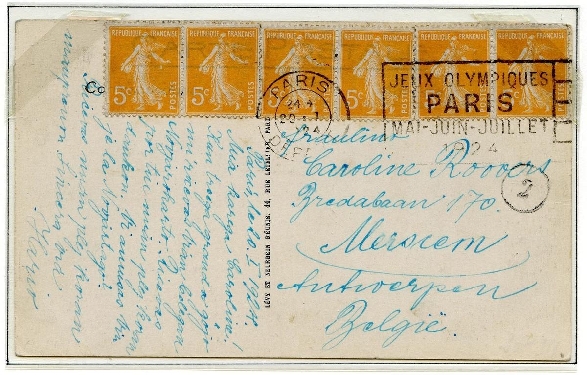 Ett postkort og en konvolutt montert på en albumside. Det øverste postkortet er frankert med seks franske frimerker (gule, type semeuse). Det andre postkoret er frankert med et rødt fransk frimerke og stemplet  i januar 1924. Frimerket er merket CHIFFRE TAXE.
