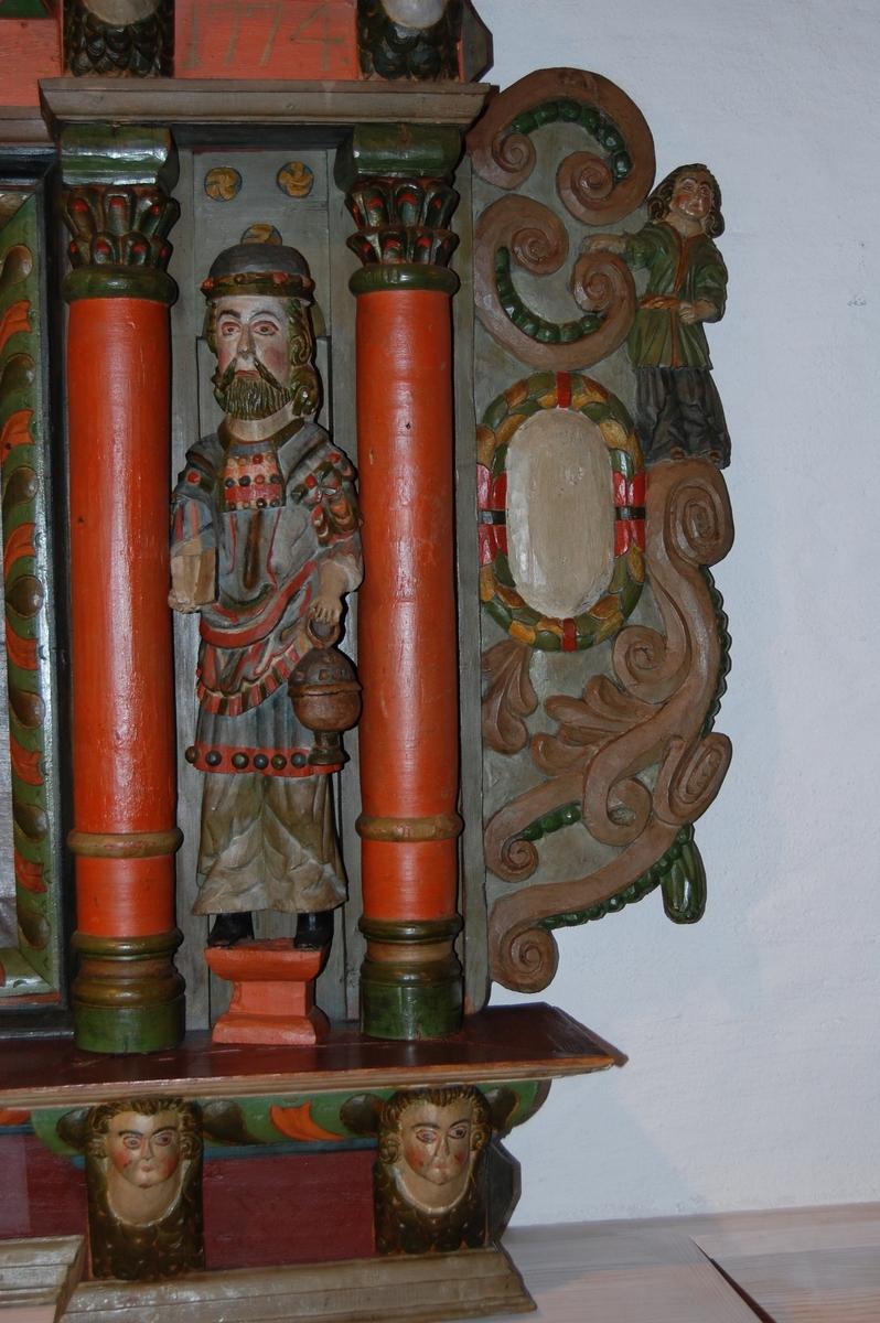 Altertavle av tre, med to malerier. Nederste maleri har motiv av det siste måltid, det øverste maleri har motiv av Jesus som kommer seirende ut av graven. To skårede figurer nederst forestiller Moses og Aron, tre figurer øverst representerer tro, håp og kjærlighet. Tavlen har ti ansikter og to mindre figurer, sannsynligvis Jesu apostler. Altertavlen har oransje søyler med palmekapitél