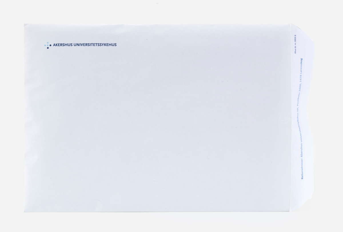 En hvit konvolutt uten påskrift, men med logo til Akershus Universitetssjukehus, med følgende innhold: Pakker med medikamenter og skriftlig informasjonsmateriell i form av fotostatkopier.