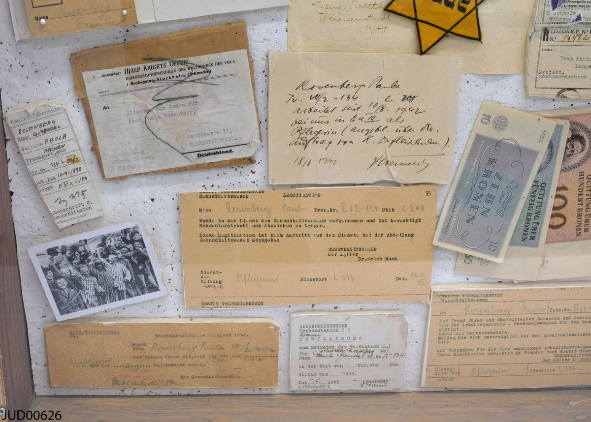 Tråläda med en akrylskiva över, innehållande minnesdokument som tillhört Paula Rosenberg.