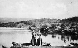 To kvinner, kjoler, båt, foran Falningssjøen