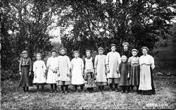 Jenteklasse, elleve jenter, lærerinne, ANT, kjoler.