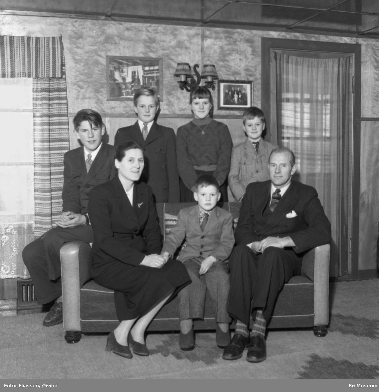 Gudrun og Torjis Torstveit med barna:  Bak f.v. Harald, Jørgen, Reidun og Olav.  Framme med foreldra er Hans