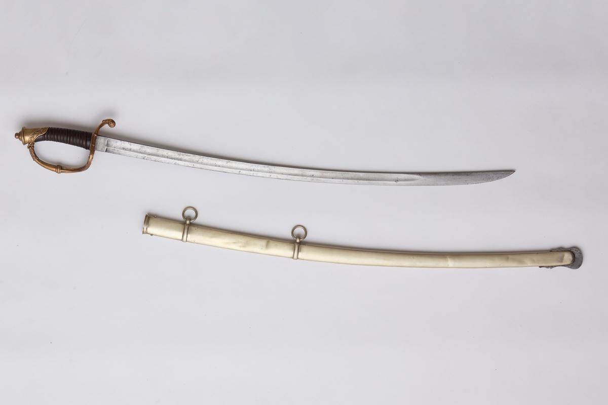 Sabel a): Klingen hulslipt til 17,5 cm fra spissen. Ryggen er tynnslipt fra spissen og 17 cm. oppover. Grepets plate, bøyle og knapp er støpt av messing. Kavlen er av presset horn med rifler hvori metallbånd. Dekorert.