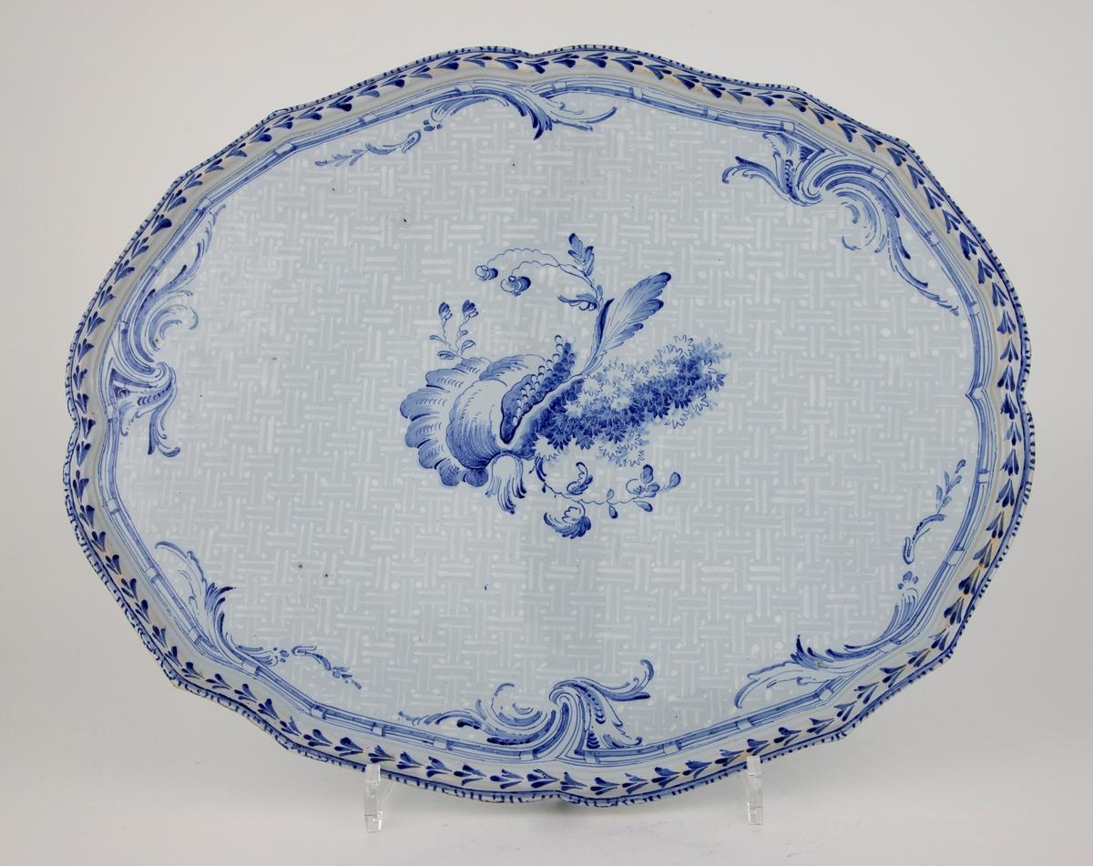 Dekor i «bianco sopra bianco»-teknikk. I dette tilfellet hvite streker med prikker over gråhvit bakgrunn som krysser hverandre og danner et flettverkmønster. Akantus langs kantene på fatet og et blomstermotiv i midten. Dekoren er et kjent mønster på 1700-talls fajanse fra Røstrand som går under navnet det «Rehnske mønster» etter arkitekten Jean Eric Rehn (1717-1793). Han tegnet mønstre og dekorer for Rørsand. Mønsteret er basert på hans tegninger.   Figuroppsatsen er satt sammen av to figurer som holder oppe et skjell. En havfrue som blåser i et horn og en nereide/ nymfe som holder i en gren. Bak nereiden/ nymfen finner vi fruktbarhetssymboler som druer.