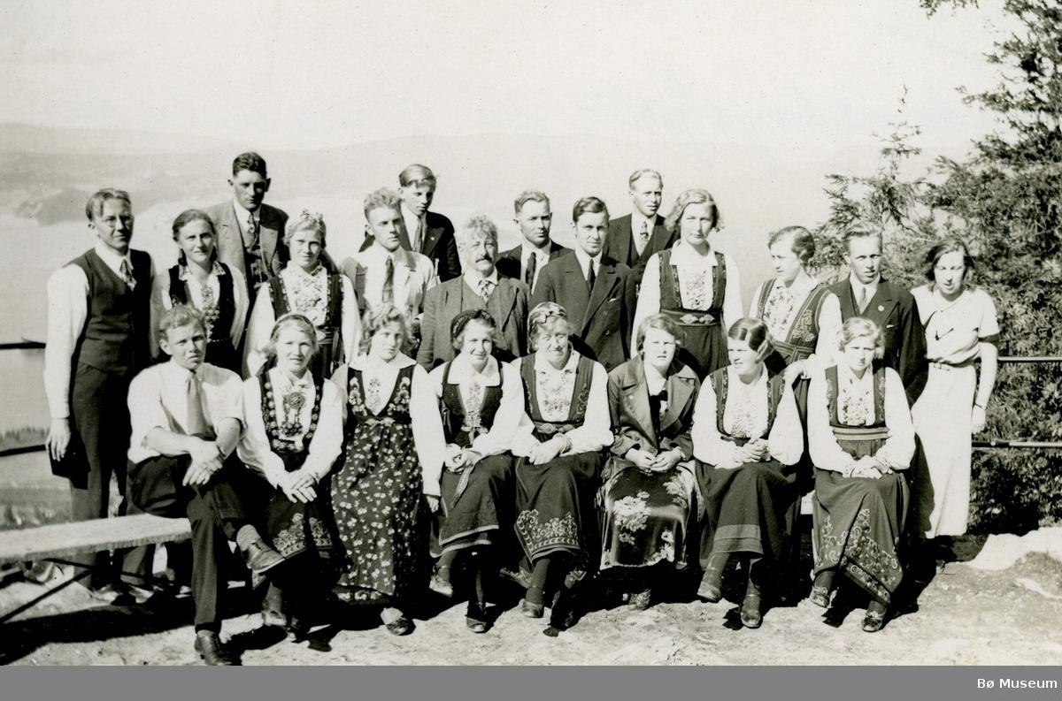 Ungdomslagsfolk på Ringeriketur 1933.  Tatt på Kongens utsikt ved Sundkilen
