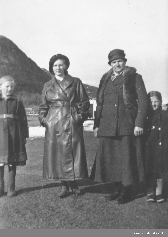 Gruppebilde på Mikkelsnes. Fra venstre: Gudrun Mikkola, Marine Mikkola kledd i Synnøve Mikkolas kåpe,  Amanda Olsen Lie og Astrid Mikkola.