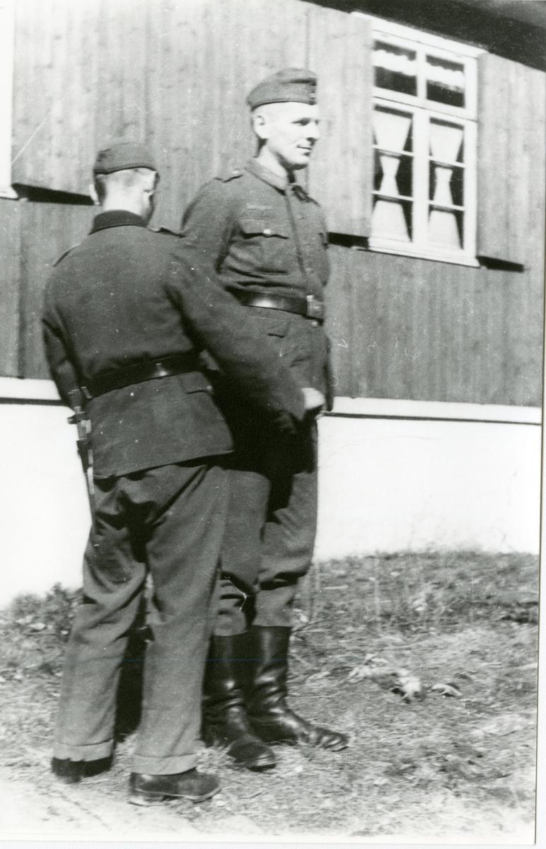 Tyske soldater i Kragerø.  Et skuespill. Bygget ved jernbannen som er nå Vinmonopolet. Hornmusikk og fotball kamp på Stadion.
