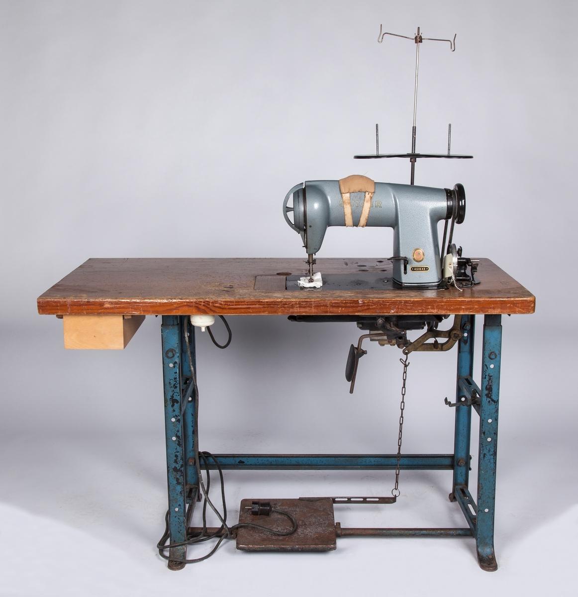Industrisymaskin på trebord. Med snellestativ. Brukt på Ilni-fabrikken i Drøbak.  a:Maskin på bordstativ b:Snellestativ
