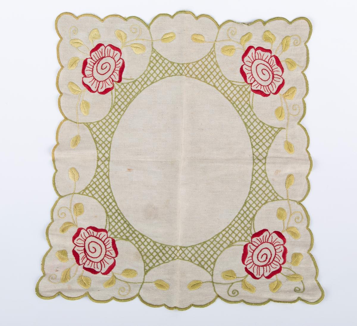 Duk, Pynteduk. tilnærmet kvadratt Flerfarget plattsøm, røde blomster i hjørner, grønne blader og gitterbord