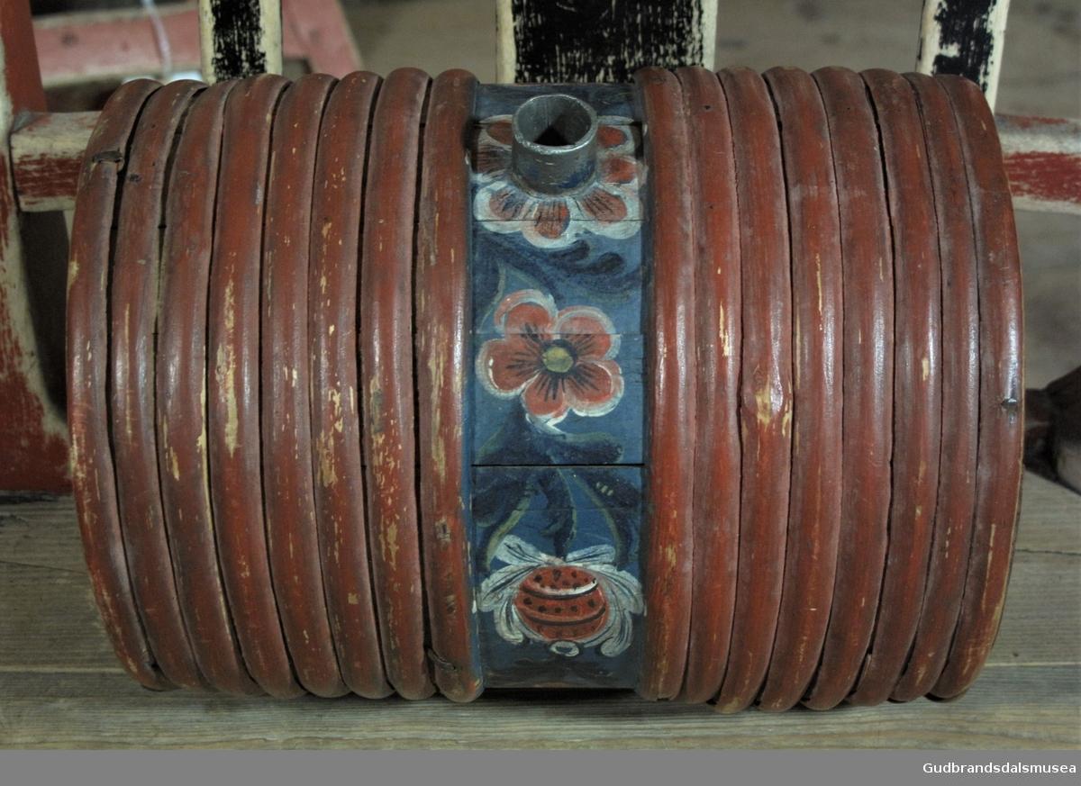 Liten brennevinsdunk i tre med tut av bly; fra Dovre tidlig på 1800-tallet. Rosemalt i rokokkostil dominert av blomstermotiv.
