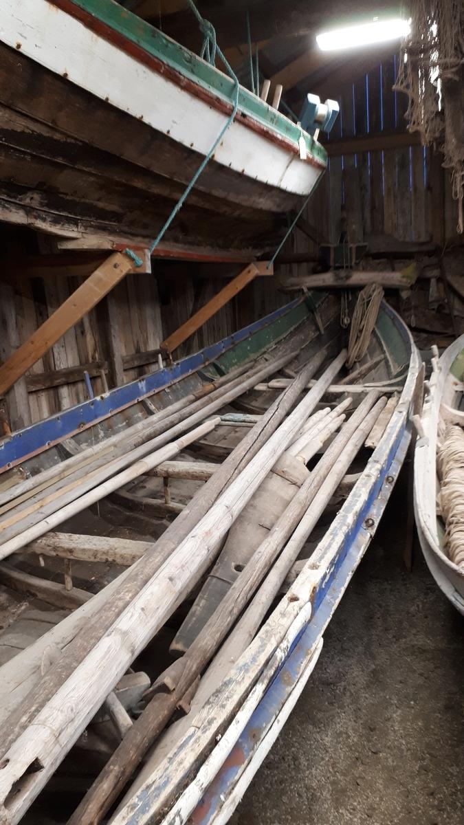 4 roms nordlandsbåt / 4roring. Klinkbygd. Tjæret. Malt: Blå, rød, grønn. Bunnsmurt: svart. 7 bordganger. 4 årepar.