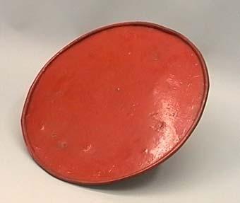 Signalskärm av plåt med fastsättning på baksidan. Skärmen är rödmålad på framsidan.