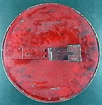 Vändbar signalskärm av plåt med en röd sida och en vit sida med ett rött kors.