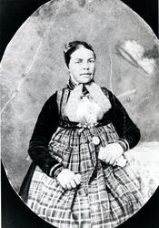 Portrett av Anne Søreli.  Då komponisten og folkemusikksamla