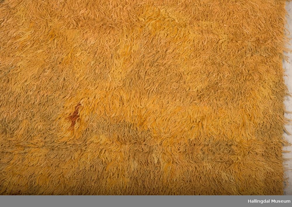 Faldt i øverkant, frynser i nedkant. 2 dyr er veldig utydelige pga fargene har falmet.