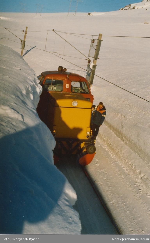 Diesellokomotiv Di 2 810 på linjevisitasjon mellom Tunga og Finse. Svært høye brøytekanter