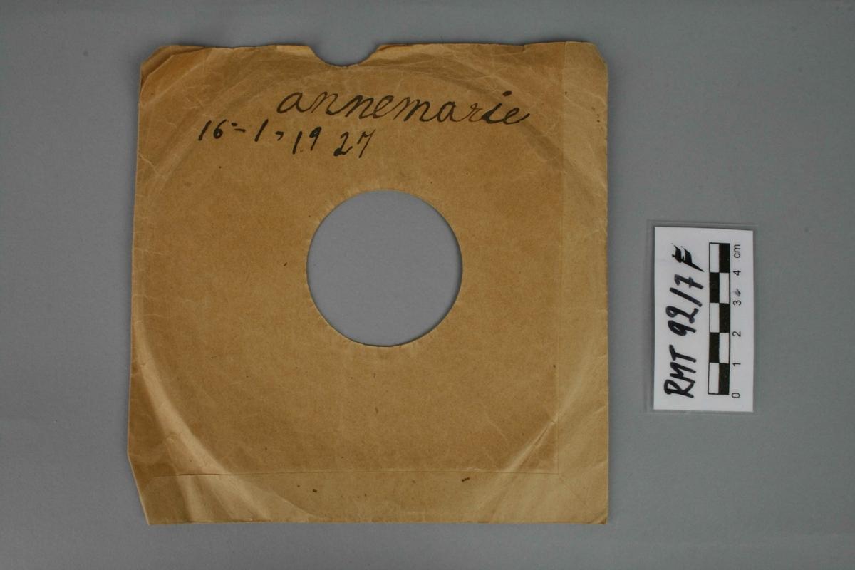 """4 grammofonplater og 3 stk cover. B: (Bm 93) Immer lustig // Polka //Handharmonika (Odeonette)     (Bm 94) Annemarie // Mazurka // Handharmonika (Odeonette) C: (Bm 90) Schwedischer Walzer // Handharmonika (Odeonette)     (Bm 89) Tanz' mit mir // Mazurka // Handharmonika (Odeonette) D: (Bm 87) Honolulu-Marsh // handharmonika (Odeonette)      (Bm 88) Kinderfest-Marsch // Handharmonika (Odeonette) E:(4-3 876) Three blind mice (Columbia Graphophone Manufacturing Company)  F-H covers med håndskreven tittel samt datering, se """"Innskrift"""""""