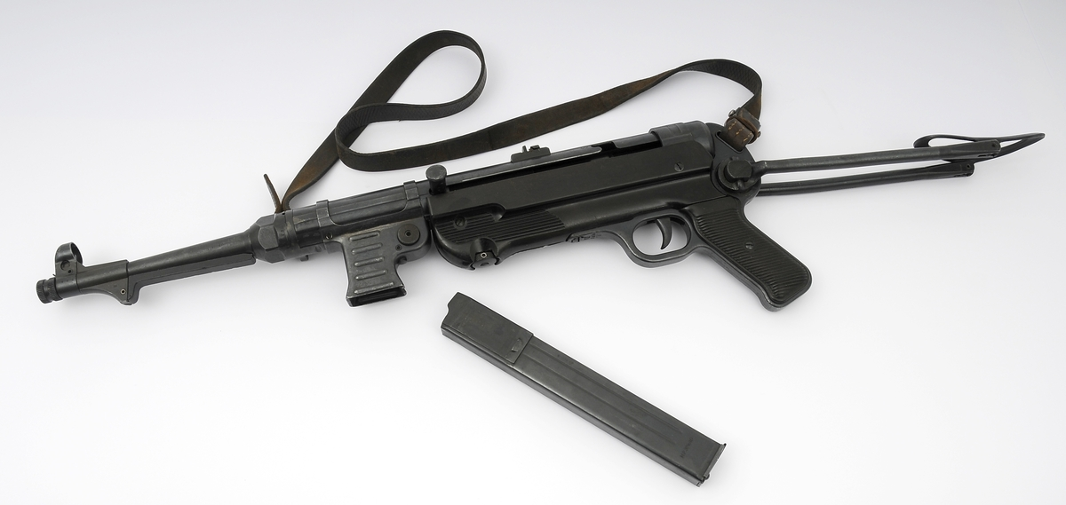 Maskinpistol med originale deler, inklusive reim, er originale. Alle serienr. passer. Serienummeret er 3173e. Våpenet er plombert.