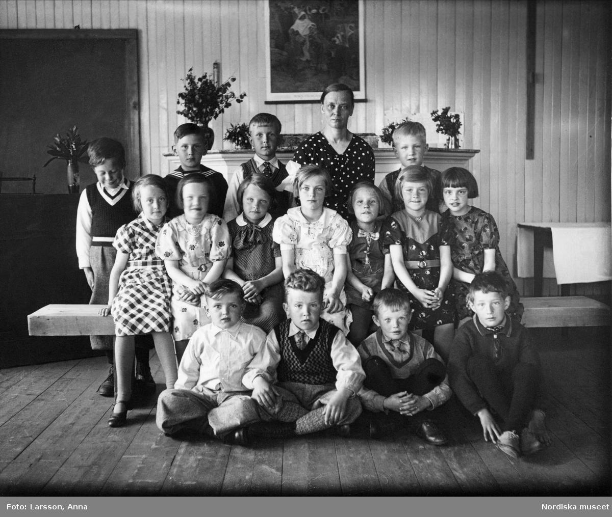 """Hedens småskola."""" En grupp barn med sin fröken"""