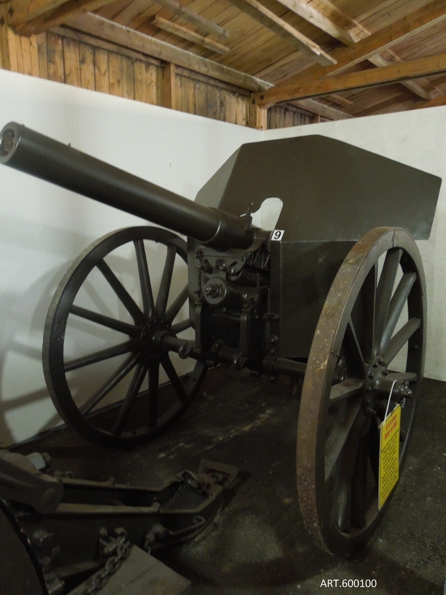 """Bofors första fältartillerikanon tillverkades redan 1883 men rönte inget gillande från armén som då var hårt knutna till Krupp. Marinen köpte däremot 10 exemplar av m/1883 med en lavett-typ samma som Krupps 8,4 cm kanon m/1881 (se bildskiss, eldröret avskuret på bilden).  De avsågs främst för Karlskrona kustförsvar. 1899 byggdes kanonen om till """"modern"""" vall-lavett och försågs med en påskruvad rekylhäminrättning och kantig sköld. (övre bilden).  Den är intressant för artillerimuseet som Bofors första egna fältartilleripjäs vars prestanda var lika bra som den från Krupp samt även sedan som ingående i positionsartillerisamlingen.   DATA VIKT I SKJUTLÄGEca 1 100 kg GRANATca 6,5 kg RÄCKVIDDdirekteld UTGÅNGSHASTIGHETca 450 m/s"""