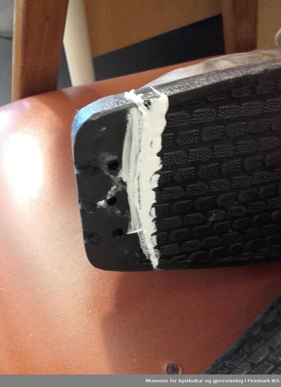 Bambusski m/staver og skisko. Skoene er skadet på tuppene, en mangler tuppen, en ble limt.