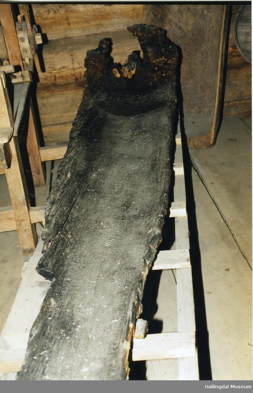 Stokkebåt funnet i Buvatn i Nes Østmark av Knut Engene i 1950- åra.   Tre, skåret. Uthult trestamme.  I den ene ende tilspisset.  I den andre forhøyet i trapper.  Meget defekt.