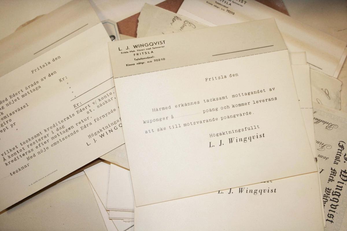 Litet skåp i brunbetsat trä. Fyrsidigt, med 4 lådor och draghandtag i trä. Upptill med utdragbar skiva. På vänster gavel hylla, med stöd på undersidan av 2 smidda järnbeslag. I lådorna förvaras askar med pappersklämmor, pappersark och diverse brev från kunder.  Funktion: Förvaringsskåp  Familjeföretaget AB J.F. Björsell startades 1888 i Borås av Johan Fredrik Björsell och var verksamt inom kontorsvaru- och tryckeribranschen. Johan Fredrik Björsell efterträddes av sin son Allan Björsell.  1965 övertog Anders och Åke Björsell ledningen av bolaget, som 1997 såldes till ett holländskt företag.