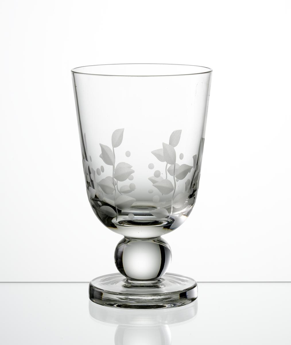 Ölglas. Cylindrisk kupa med graverad bladdekor. Kulben med tjockare fot.