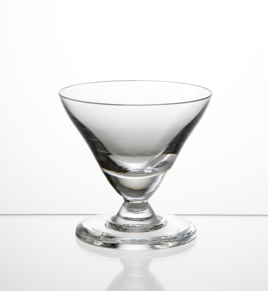 Cocktailglas, konande kupa med kort ben på fot.