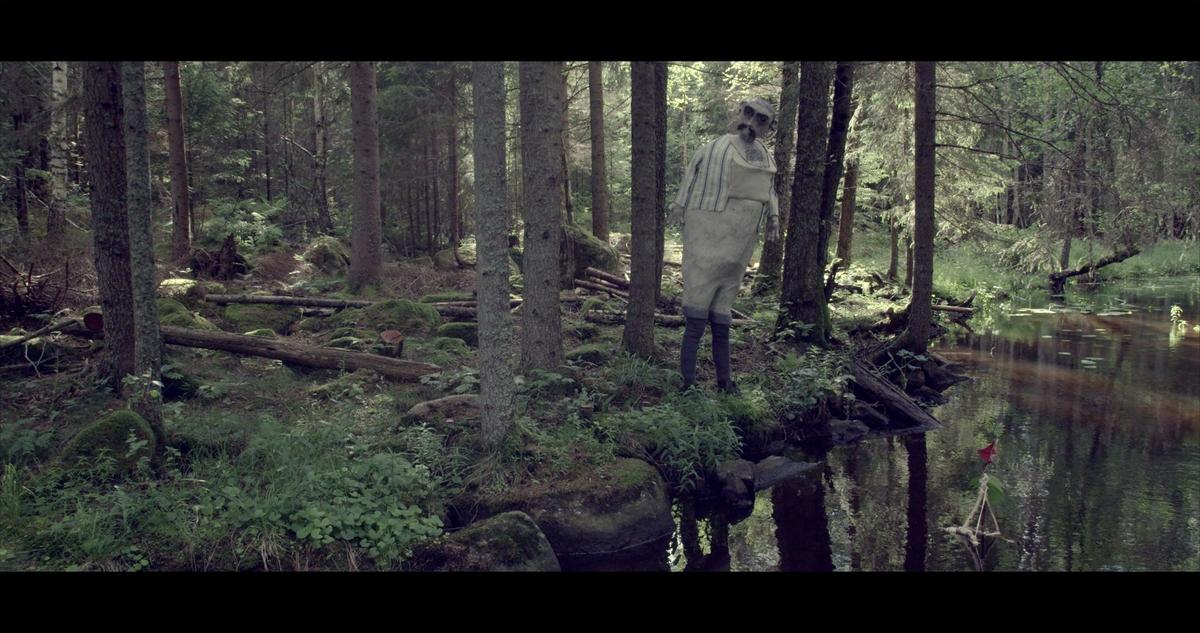 I skogsmiljö möter vi Señor Obscuridad, en ensam matros som drömmer om havet.