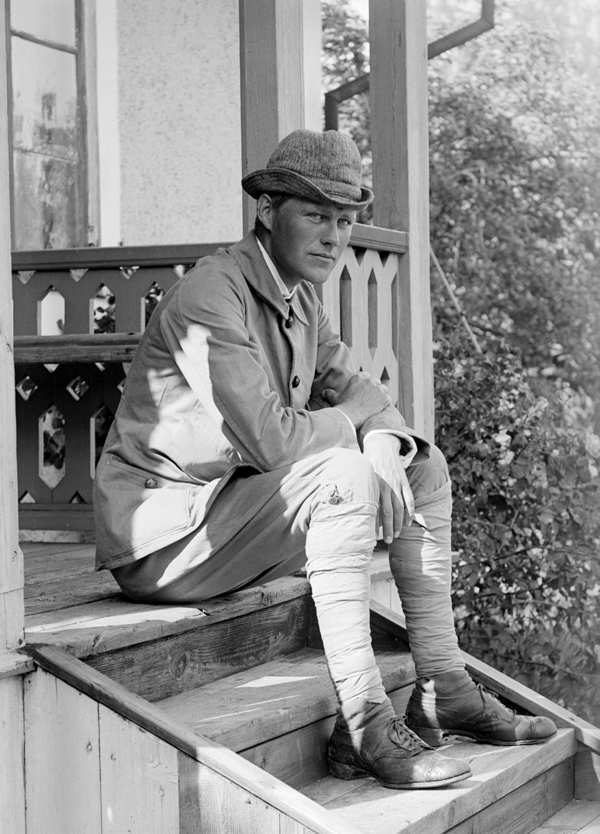 Stämningsfullt porträtt av Sigurd Hallin. Här i kvällssol på trappan till morbrodern Emil Durlings hus Strömmen i Sankt Anna. Året är 1918.